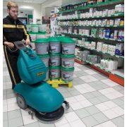 Eureka E46 C kábeles ipari padlótisztító gép áruházi járólap takarítás közben