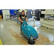 Eureka Kobra EB akkus ipari seprőgép üzemcsarnokban fűrészport takarít